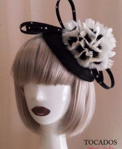 Casquete negro con flor pluma en blanco y svarovski IRINA