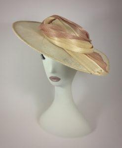Sombrero en color natural con sinamae seda en nude SEVILLA