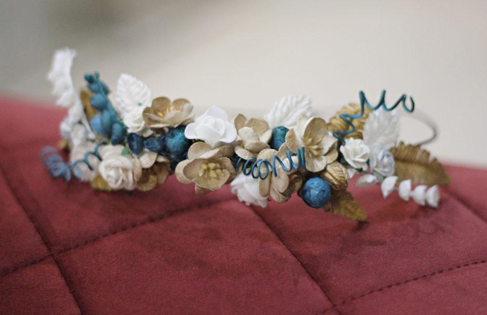 Coronita de flores de mix de porcelana en ocres, azules y blancos