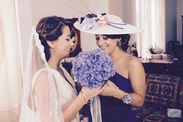 ¿Qué os parece esta preciosa hermana de la novia luciendo una de nuestras pamelas?. ? ¡No puede gustarnos más lo increíbles que estabais las dos!