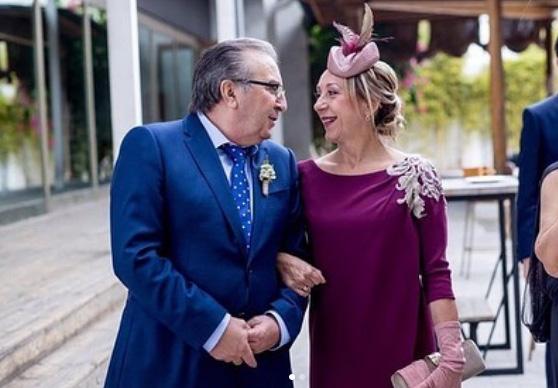 Pero qué guapos estaban todos en la boda de @claudiagalan ! ♥️ En este caso, la madre de la novia llevaba tocado y guantes de @tocados.maisara