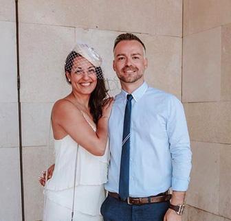 El otro día os enseñábamos fotos de la boda de @ma.pivon y @alfredomurillo.o hoy os traemos más fotografías de su boda civil, donde pudimos participar en el diseño del tocado casquete con tul en blanco