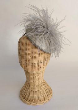 Casquete en buntal gris con plumas de avestruz gris HESTIA