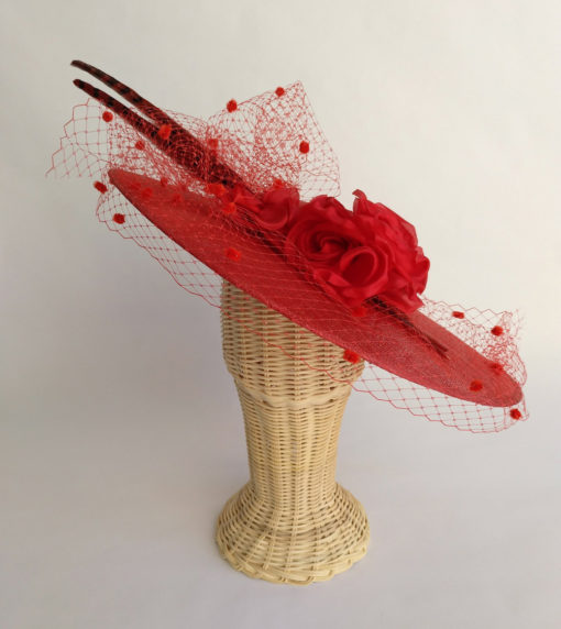 Pamela roja con tul, flores y plumas faisan CORNWELL