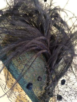 Tocado en azul marino con plumas y tul AIRLA