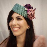 Casquete en paja natural verde esmeralda con flores IDYLLA